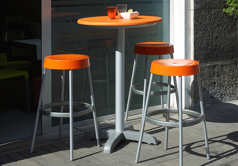 Plastové barové stoly
