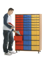 18 ks barevných krabic ve velikosti