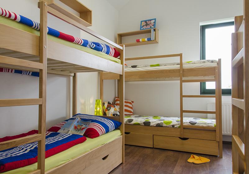 Dřevěný bukový nábytek na koleje a ubytovny