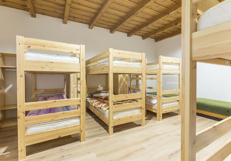 Dřevěný borový nábytek na koleje a ubytovny